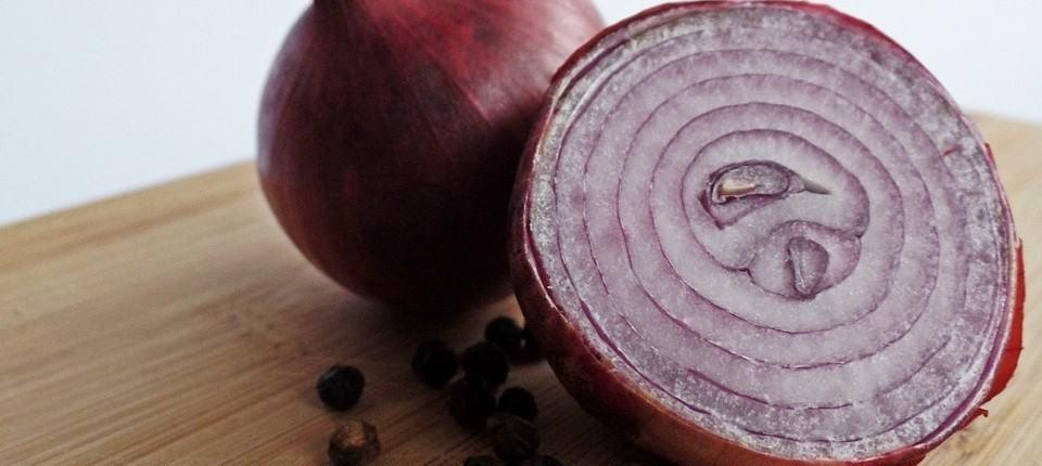 4 redenen waarom het eten van rauwe rode uien gezond is.