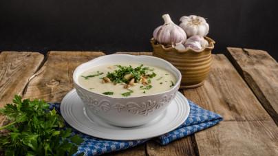 koolhydraatarme bloemkoolsoep recept met onder andere knoflook en andere kruiden
