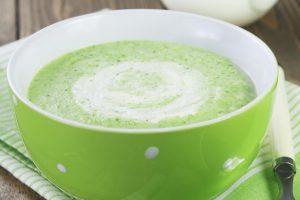 Gezonde broccolisoep en koolhydraatarm