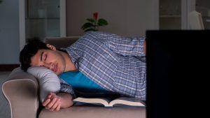 3 redenen waarom slapen op de bank slecht is