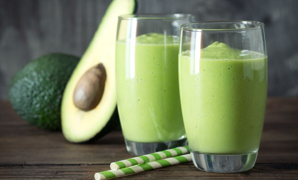 Groene smoothie van spinazie, avocado en mango