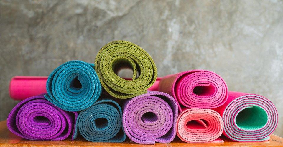 verschillende kleuren yogamatten
