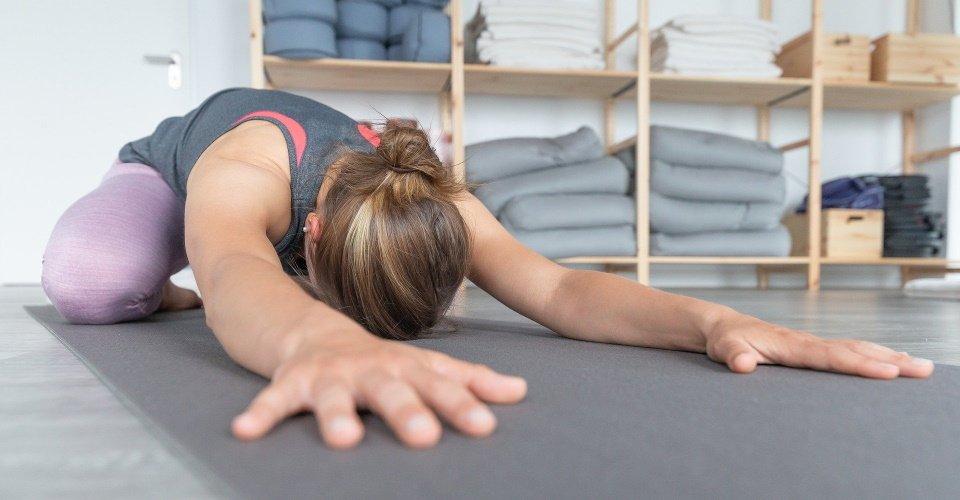 Yoga oefening op een yogamat
