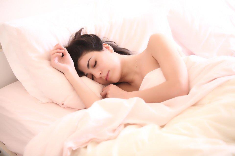 Goed slapen helpt om een smaller  gezicht te krijgen