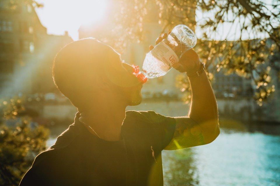 Water drinken om gezichtsvet te verliezen